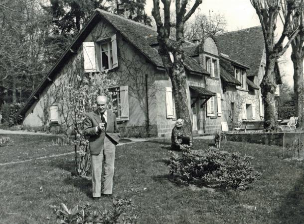 Maurice Genevoix et son épouse, dans le jardin des Vernelles, à Saint-Denis-de-l'Hôtel. © Roger Soulas