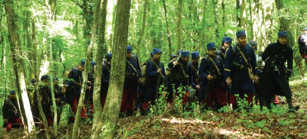 Une scène à Viéville-sous-les-Côtes : l'acteur Théo Frilet, qui joue le personnage de Maurice Genevoix, mène la troupe, dans les bois. © Bruno Calvès